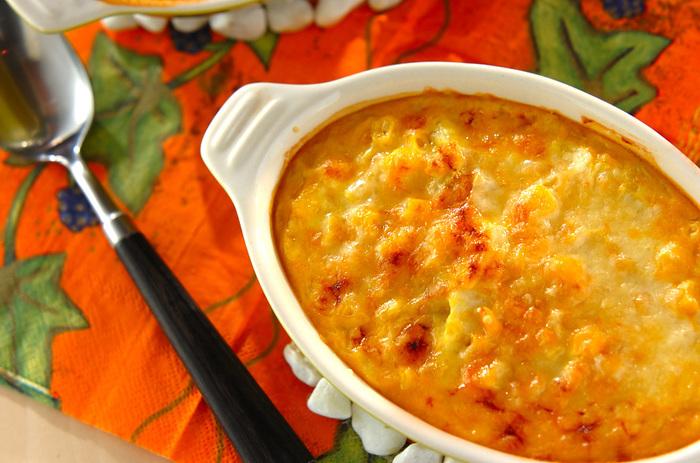 かぼちゃのグラタンに、かぼちゃペーストを使ってもおいしいですよ♪こちらのグラタンは、白菜の具にかぼちゃのホワイトソースをかけるイメージ。かぼちゃのクリーミーな味わいを楽しんでみてください。