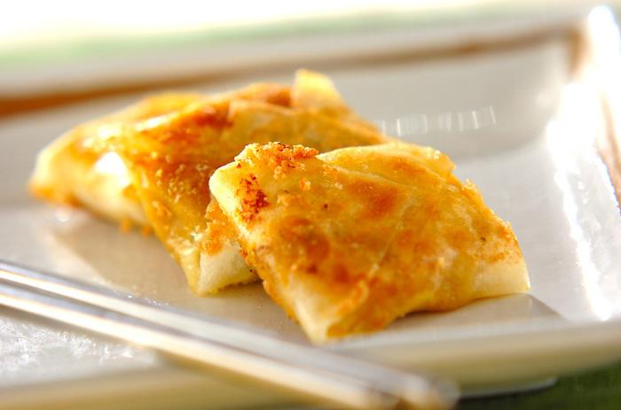 こちらのレシピに使うかぼちゃペーストは、市販のかぼちゃの煮物を潰すだけなのでとっても簡単。練り白ごまを混ぜたら、スライスチーズと一緒に春巻きの皮で包み、フライパンで揚げ焼きにしましょう。冷めてもおいしいので、お弁当にも活用してみてくださいね。