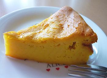 こちらは冷やしてから食べると美味のかぼちゃのケーキ。あらかじめ作って冷やしておけるため、パーティーメニューにもおすすめです。かぼちゃはペーストにしてから、ほかの材料と混ぜるのがポイント。ミキサーなどで混ぜて焼くだけなので簡単です♪
