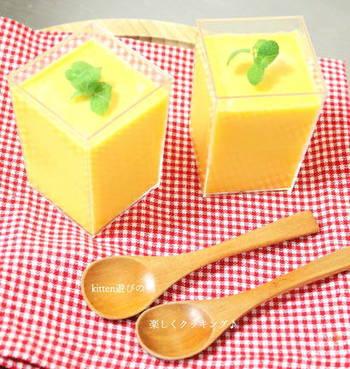かぼちゃを使うと、卵を使わなくてもキレイな黄色のプリンができちゃいます♪こちらのレシピは、かぼちゃペーストを作っておけば調理時間10分なのでお手軽。器に入れて冷やし固めたら、ミントやお好みのデコレーションで仕上げましょう。