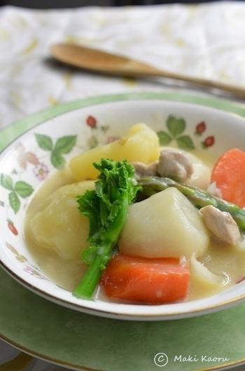 子どもから大人までみんなに人気のクリームシチューは、寒い時期の定番料理。こちらのレシピでは、いつものクリームシチューと違い豆乳と昆布だしで和風に仕上げます。弱火でじっくり煮た鶏肉と野菜の旨味をヘルシーに楽しめます。