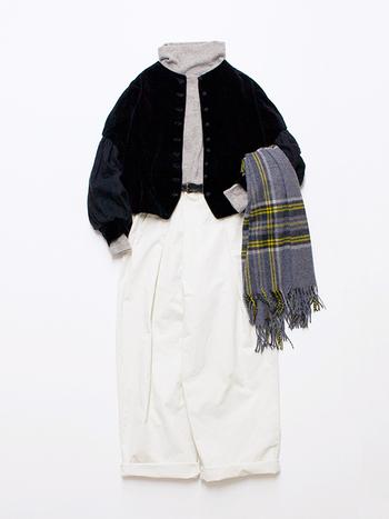 グレーのタートルネックに、黒のジャケットを羽織ったコーディネートです。トップはダークトーンでまとめて、白のワイドパンツを大人っぽくスタイリング。チェック柄のストールが、程よいアクセントになっていますね。