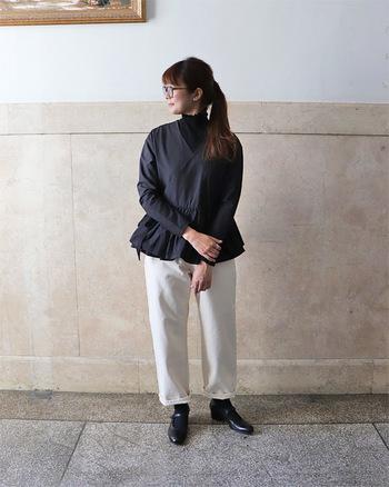 白のデニムパンツに、濃いグレーのブラウスを合わせたスタイリング。インナーや足元も全て黒でまとめて、白のパンツで明るさをアピールしています。秋冬にもピッタリなモノトーンカラーでシックなコーデに。