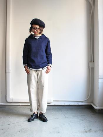 白のデニムパンツに、ネイビーのトップスを合わせたコーディネート。首元や手首からちらりと覗くボーダーインナーが、フレンチマリンなテイストを思わせる着こなしです。ベレー帽で季節感をプラスするのも忘れずに。