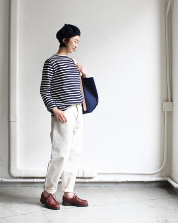 白のデニムパンツに、定番のボーダートップスを合わせたプレーンなスタイリングに。ベレー帽やトートバッグはネイビーで色をまとめて、爽やかな白パンツコーデに仕上げています。