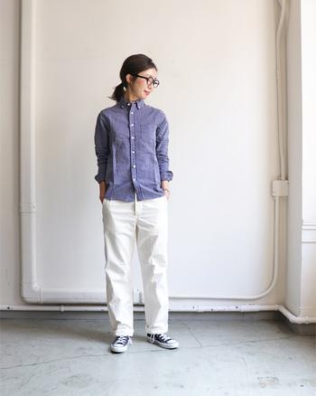 白のワークパンツに、ストライプのシャツを合わせた爽やかなコーディネートです。かっちりした印象のシャツを、カジュアルな白パンツとスタイリングすることで、程よく気の抜けたきちんとコーデが完成します。