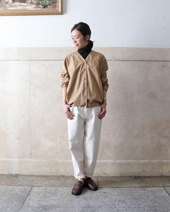 白のデニムパンツに、ベージュのシャツを合わせたスタイリングです。きっちり感の強いシャツには、首元のボタンを開けてタートルネックをインナーに。とっても簡単に、カジュアルダウンした着こなしが楽しめます。