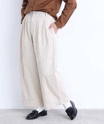 ダークトーンなスタイリングが多くなりがちな秋冬。 ぜひ白パンツをワードローブに加えて、パッと明るさをプラスするような着こなしを楽しんでみてくださいね♪