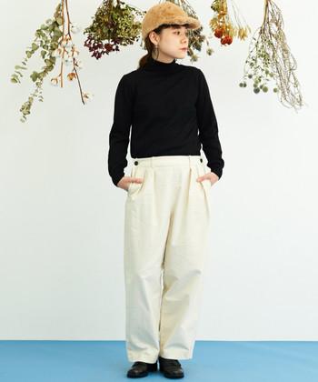 ふっくらとした起毛素材で作られるモールスキンパンツは、寒い季節に着こなしやすい白パンツです。黒のタートルネックと合わせた白黒コーデに、季節感たっぷりなファーのキャップがポイントになっています。