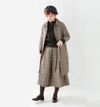 ブラウン系のチェック柄フレアスカートは、裏地にさりげなくキルティングを施したアイテム。季節感と暖かさを叶えてくれるセットアップ風コーデで、トラディショナルな雰囲気に仕上がっています。