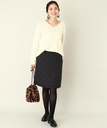 台形シルエットのキルティングスカートは、裏表リバーシブルで着用できる魅力的なアイテム。裏返せばシンプルな無地スカートとして活用できるので、着回し力がグッと高まりそうですね。白のニットと合わせて、大人っぽく着こなしたい一枚です。