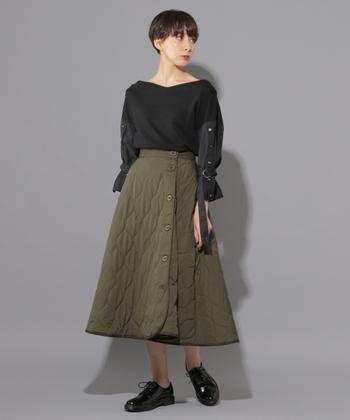 ギャザーを施した、美しいフレアシルエットのキルティングスカート。ボリューム感のあるボトムスなので、タイトなトップスやタックインスタイルが相性抜群です◎