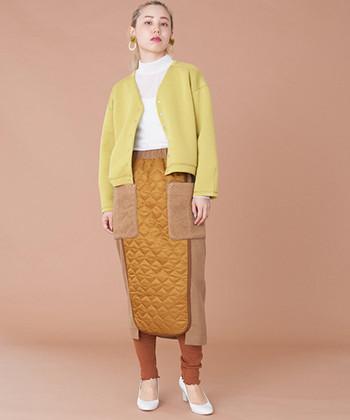 コクーンシルエットで大人っぽい印象のスカートは、異素材ミックスで個性的な一枚。キルティング・ボア・ミラノリブの3素材をミックスしたスタイリングには、シンプルな白トップスと同系色のレギンスを合わせて。派手になり過ぎないようなバランスが肝心です。