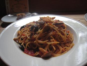 もっちりした麺がとっても美味しいプッタネスカ風パスタは信州さんのきのこをたっぷりと使われて美味♪