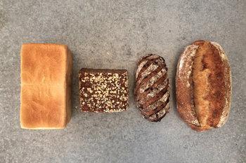黒色のライ麦パン・カンパーニュ・クルミとカランツのパン・食パンのセットです。噛みしめるほどに素材のうまみが味わえるので、そのまま食べても、具材をのせても絶品。特に、ライ麦パンは栄養豊富なので、体をいたわったギフトにもなりますよ。