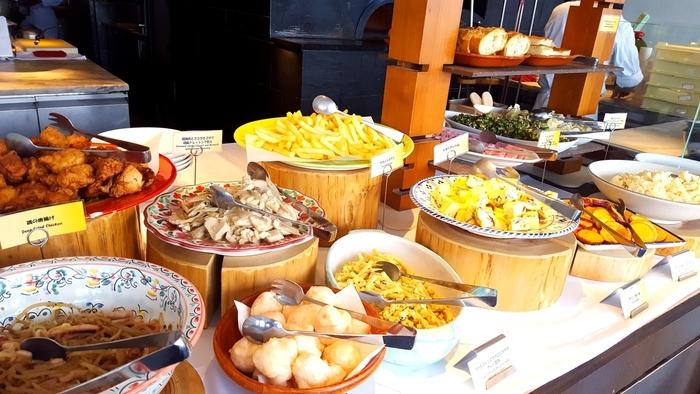 ランチタイムのビュッフェは、メイン料理と前菜ビュッフェとデザートの組み合わせです。たくさん種類があるので迷ってしまいそう!