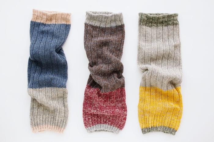"""カラーは左から""""ふゆのうみ(ブルー×グレー)""""、""""れんがの家(ブラウン×ワイン)""""、""""こむぎ畑(グレー×イエロー)"""" 北欧の秋冬の自然や景色をイメージしたというカラーネーミングもとっても素敵です。上下をどちらにしてもOKなデザインなので、その時のお洋服や気分に合わせて楽しんでみてはいかがでしょう♪"""