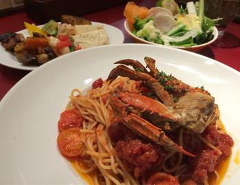 ランチメニューは、パスタかピッツァに前菜とサラダのビュッフェがついています。メインのパスタは、魚介・肉・野菜など、種類も盛りだくさん。