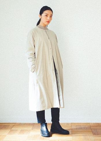 ひざ下までかかる丈のロングタイプのダウンコートは、ワンピース感覚で着られるのも魅力のひとつ。