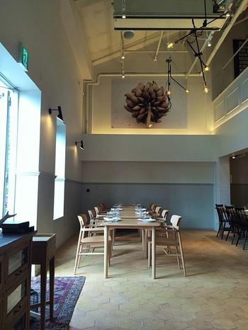 レストランはアクタスが運営するライフスタイルショップ『スローハウス』の中に。大きな吹抜けのある空間がオシャレ。 ※ランチタイムは11:00~15:00(L.O.14:00)。