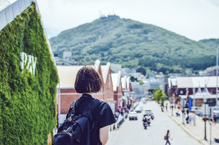 金森赤レンガ倉庫をはじめ、洋館や教会などの情緒溢れる街並み、そしてシュランガイドブックに三つ星として掲載されたことのある函館山からの眺望など・・・。幕末の開港から150年もの歴史を持つ港町「函館」は、 歴史ロマンやハイカラな魅力あふれる一大観光エリア。  そんな「函館」に行ったら、一緒に楽しみたいのが、ここならでは食事ではないでしょうか。  今回はそのような美味しい思い出を彩る、とっておきの【函館グルメ】をご紹介!