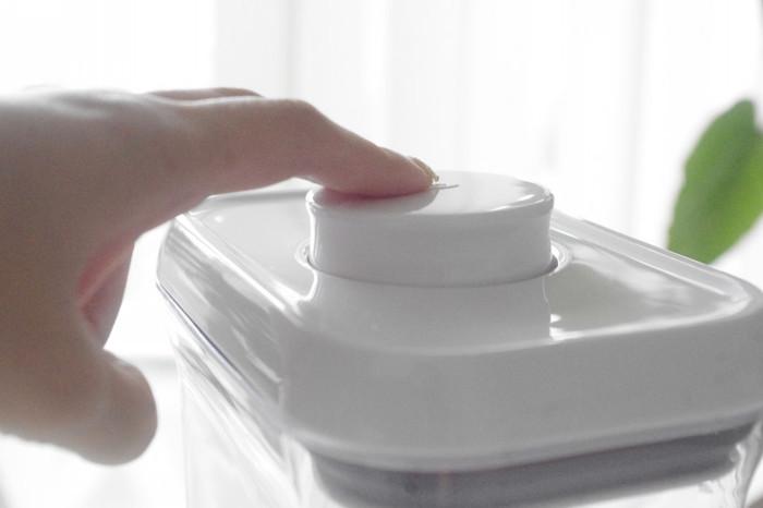 保存容器のなかでも絶大な人気を誇るオクソーポップコンテナ。特徴的な大きなボタンで開閉します。真空にはなりませんが、外気や湿気をしっかりブロックし、乾物や粉ものも衛生的に管理できますよ。 蓋が4つのパーツに分解でき、洗える点も◎