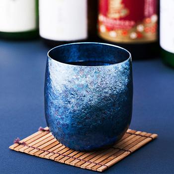 高い保温・保冷力で人気の真空チタンタンブラー。魔法瓶のように真空二重構造になっています。金属加工で世界的に知られる新潟県燕市のこだわりの技術が生んだ「サスギャラリー(SUSgallery)」の製品。深い個性的なブルーが印象的な限定モデルです。