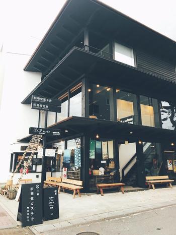 日本三景のひとつとされている宮城県・松島。そんな松島に喫茶店併設の店舗を構える、松華堂菓子店。和風モダンな建物の造りがおしゃれでパッと目を引きますね。