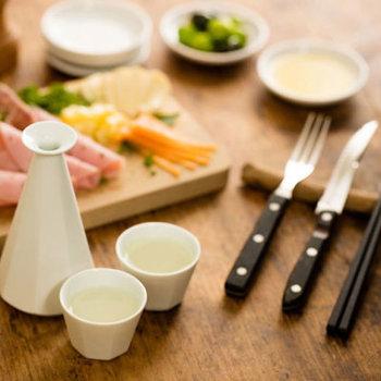 縁起がいいとされる八角の酒器。美しく洗練されたフォルムは、和だけでなく、洋のテーブルにも合いそう。どんな食器にもフィットするのでコーディネートもしやすいですね。