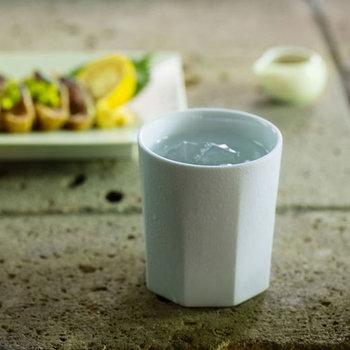 こちらは、八角のシリーズの焼酎グラス。上品なたたずまいが印象的です。大人のテーブルにおすすめ。