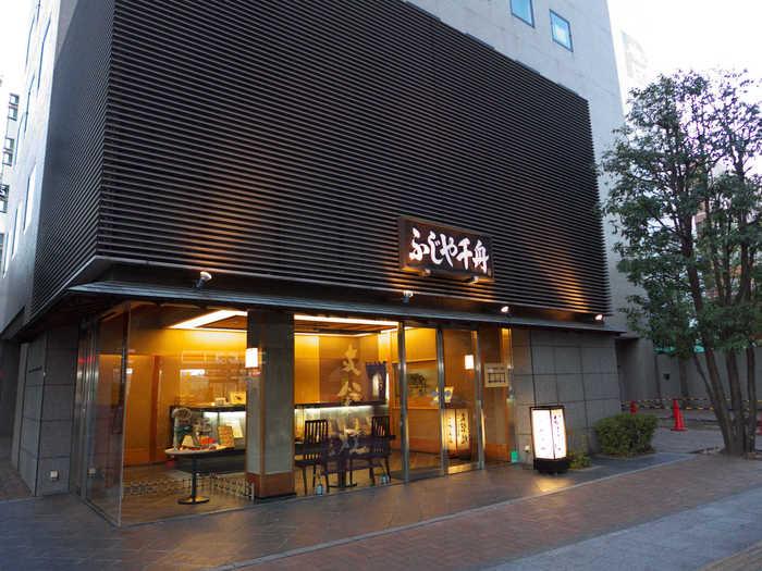「ふじや千舟」は、仙台市青葉区にある和菓子屋さん。もともとはタバコ屋でしたが、「オリジナルな今までにない菓子をつくりたい」との想いから、昭和29年以来、仙台市民に愛されるお菓子を作り続けています。