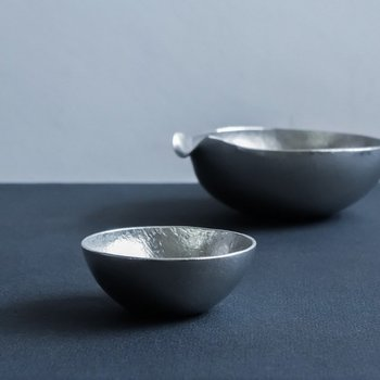 こちらも、錫製。錫の板金をたたきながら成形する鍛金という技術で作られたぐい呑みと片口。錫は熱伝導がよく、冷酒や常温酒をそのままの温度で楽しめます。