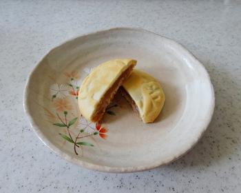 フレッシュバターと卵、砂糖、粉でさっくりと仕上げた皮にクルミ風味の白あんを包み込み、木型に入れて形を整え「支倉焼」文字を浮かび出させ焼きあげた、50年以上変わらない味。