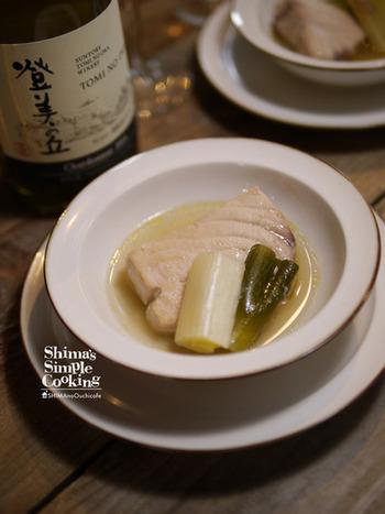 上品で趣のある格子柄のグラスには、あっさりとしながらも深い味を醸し出す京風おつまみなどが合いそうです。こちらは、カジキマグロと葱の煮込み。和洋の素材が溶け合った優しい味です。
