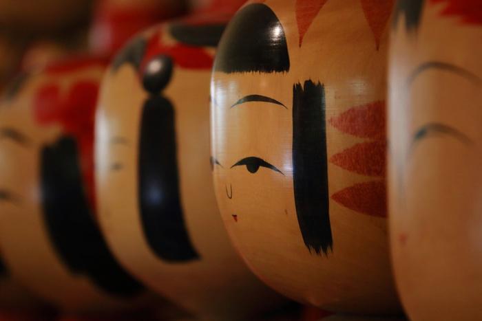 古くから東北地方に伝わる伝統的な民芸品「こけし」。仙台にも職人さんがひとつひとつ心を込めてこけしを手作りしている工房が今でもあります。仙台のお土産屋さんには、こけしや、こけしをモチーフにしたグッズが売られていることも。