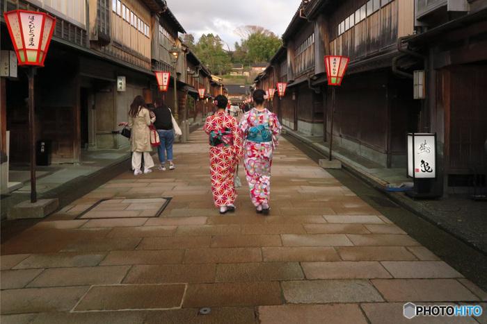 古都の風情を色濃く残すひがし茶屋街。伝統工芸のお店や現代的な古民家カフェ、また金沢寿司作り体験ができるスポットも。ちょっと背伸びして、着物で散策するのもおすすめです。