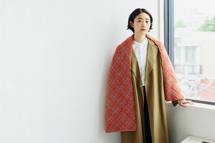 編み物に挑戦してみたいという方は、キットから始めてみるのもおすすめ!自分で編んだストールは愛着もひとしおです。スクエア柄のオレンジ色のストールは、ナチュラルな存在感をアピールできます。
