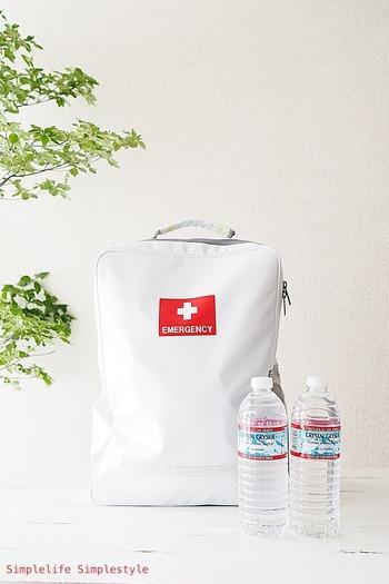 まず、外に避難することになった場合にあると便利な非常用持ち出し袋を用意しましょう。 こちらは、燃えにくいうえに防水加工の布で作られた機能性とデザインを兼ね揃えたスタイリッシュな持ち出し袋です。