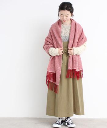 赤の大判ストールは、ちょっぴりレトロ感のあるデザインが魅力です。カーキのロングスカートにニットをタックインして、ナチュラルで暖かみのある着こなしに。