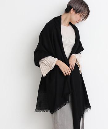 柔らかくて暖かいエアリーウールを使用して作られた、シンプルな黒のストールです。無地のプレーンな大判ストールは、羽織ったり巻いたりと自由に使用できます。もちろん防寒対策としても◎