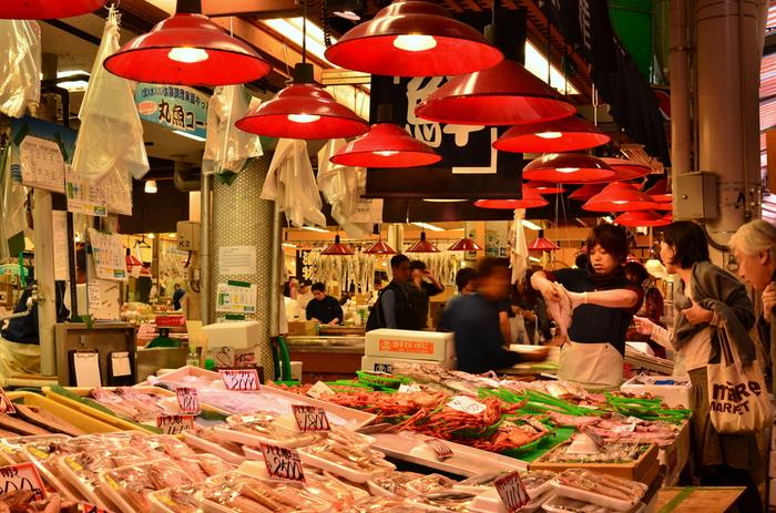近江町市場は日本海の獲れたての海の幸がズラリと並び、活気あふれる金沢の台所。買い物はもちろん、各お店が趣向を凝らした「海鮮丼」をはじめ、様々なグルメも堪能できます。