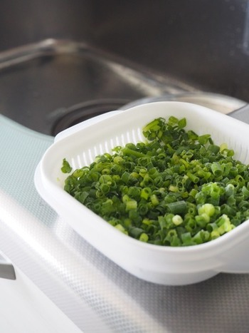 水切り機能がうれしいセリアのご飯冷凍保存容器。余分な水分を切ってから保存できて便利です。 お豆腐の水切りやサラダなど、調理中にも何かと使えますね。 冷凍できるところも◎