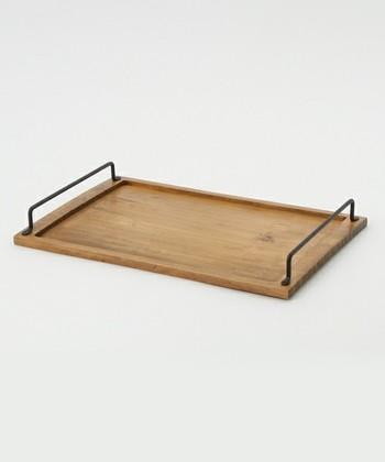 木目を活かした、天然板のナチュラルなトレイ。カフェ風のキッチンなら、そのまま出しっぱなしにしてもサマになりそうです。逆さまにすれば、ちょっとした台として使うこともできる優れもの。