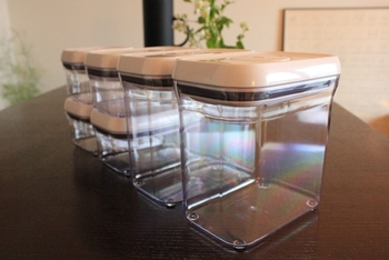 スタッキングできるよう蓋に工夫が凝らされている保存容器。 冷蔵庫内や引き出しなど、ガタガタと動く場所でも安心して収納することができます。 同じシリーズなら、高さが倍数で作られていることが多いので、重ねた容器と背の高い容器の高さが揃って見た目も美しい。