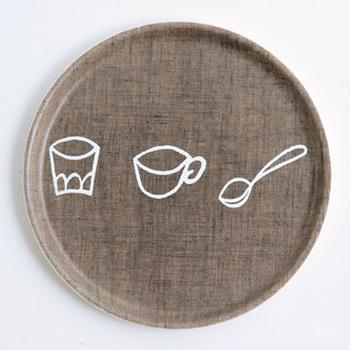 キッズ用のトレイとなっていますが、直径24センチでデイリー使いにもぴったりなアイテム。グラスやスプーンを描いたゆるイラストが、おやつタイムやティータイムをほっこりした癒しの時間に変えてくれます。