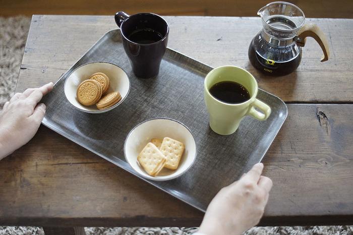 トレイを一つ食卓に取り入れるだけで、毎日の食事やティータイムがグッとおしゃれな時間に変化します。ぜひお気に入りのトレイを見つけて、デイリーに活用してみてくださいね♪