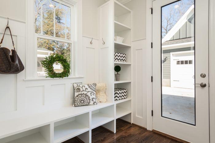 お庭の木からそのまま取ってきたかのような自然なリース。白で統一されたシンプルな玄関やお部屋にぴったりの気持ちの良いグリーンの彩りです。