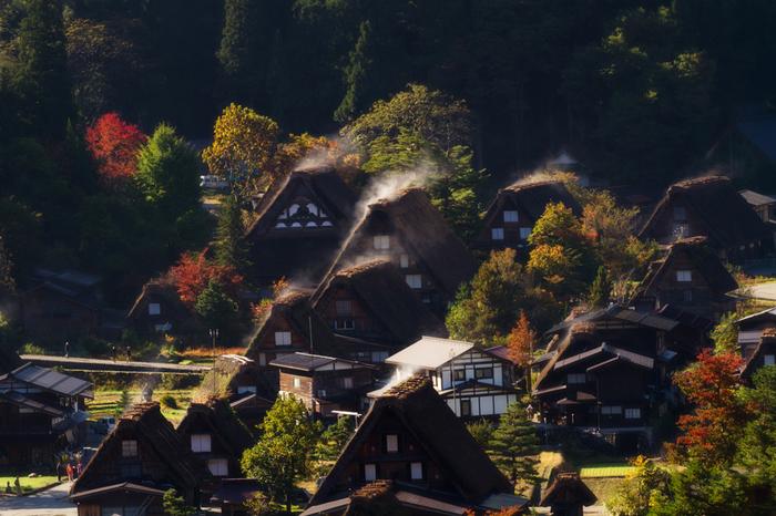 2泊3日もあれば、金沢からちょっと遠くの観光地もプランに入れることができますよ。能登へは車、電車いずれも1時間半ほどで行け、高速バスを利用すれば白川郷を経由して2時間強で飛騨高山に着きます。