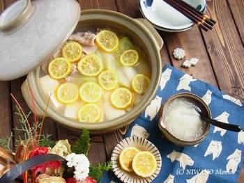 お豆腐・薄切り豚肉・ねぎが主な具材。湯豆腐のちょっとした格上げバージョン的なお鍋です。柚子を敷き詰めた華やかなお鍋なのに準備はとっても簡単!時間がない時や来客時はこの鍋で決まりです。