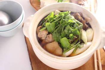 せりを楽しむお鍋。飲み会続きで胃に元気がないとき、優しい味のセリ鍋はいかがでしょうか?じっくりとったお出汁がさりげなくきいていて、「あ~日本人でよかった!」と思えるお鍋ですよ。